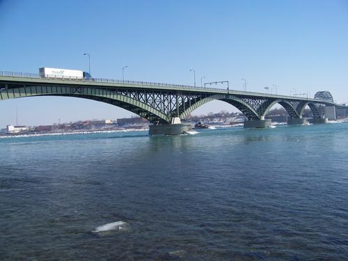 Reformas en el Puente de la Paz afectan al transporte de carga