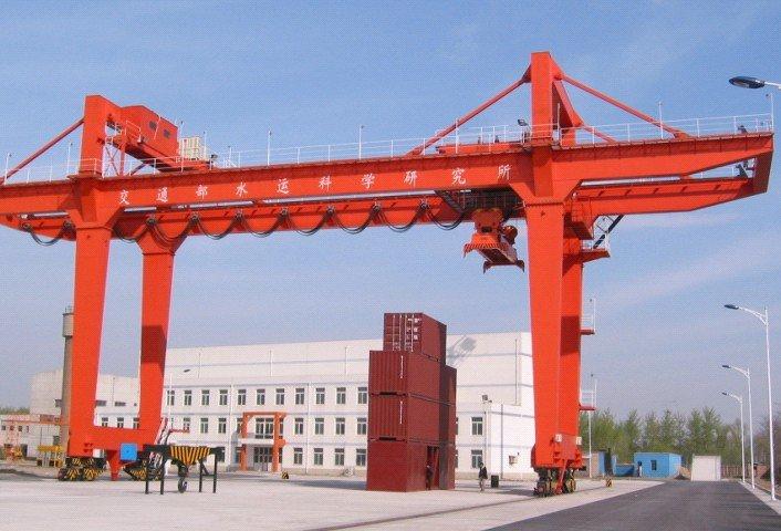 Grúas móviles agilizan el transporte intermodal