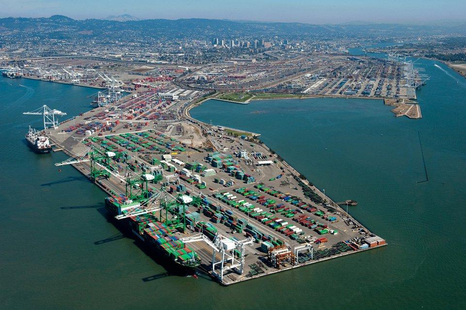 Puerto de Oakland bate récord de volúmenes