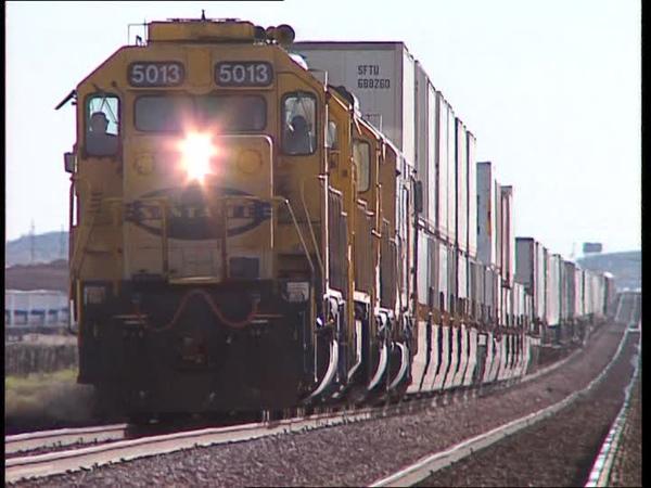 Transporte de vehículos en tren desciende en México