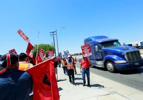 Camioneros se ponen en huelga en Los Ángeles y Long Beach