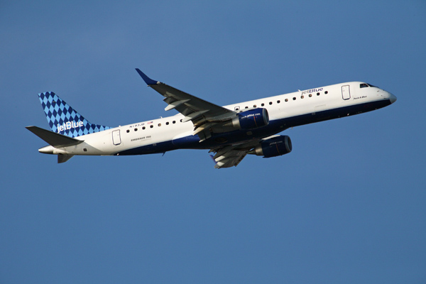 avion de JetBlue volando