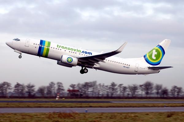 avion de transavia despegando