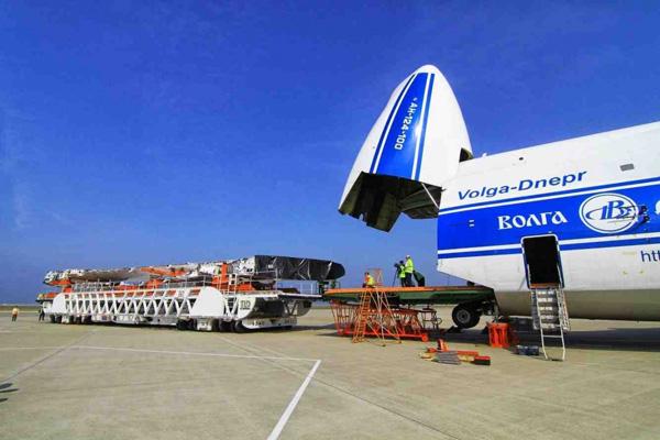 avion de volga dnepr group cargando en pista