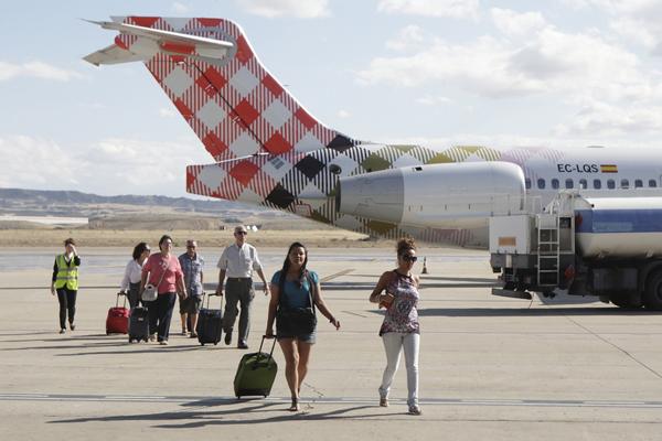 pasajeros y avion de volotea