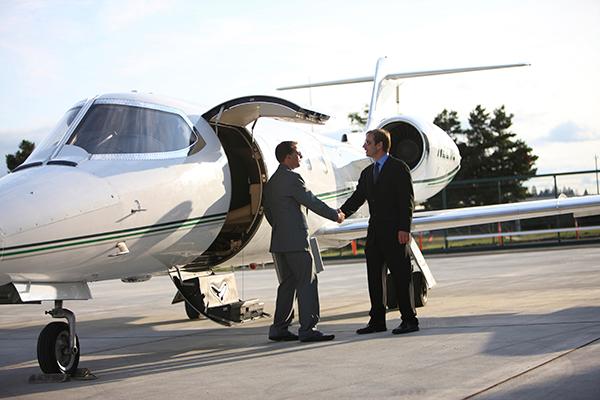 viaje-negocios-avion-directivo