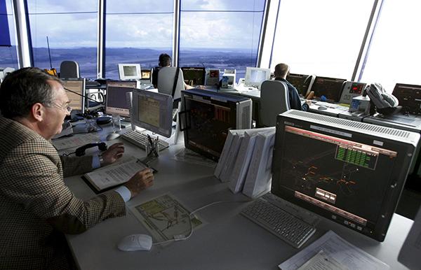 controladores-aereos-trabajando