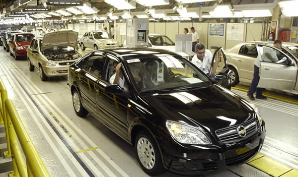 Empleados de General Motors en Brasil inician huelga