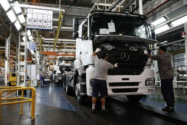Mercedes Benz cierra temporalmente una planta en Brasil
