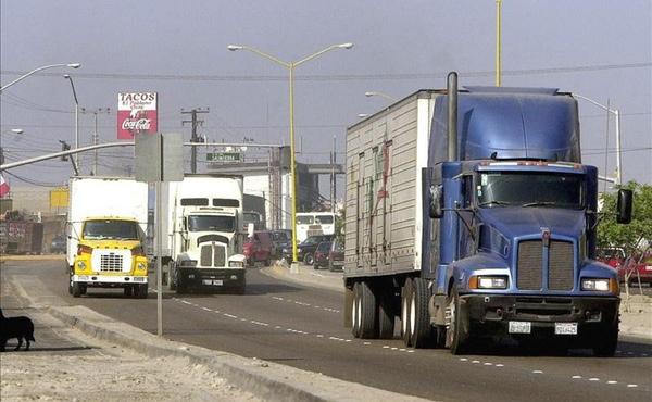 Trafico de camiones entre Estados Unidos y Mexico esta en descenso