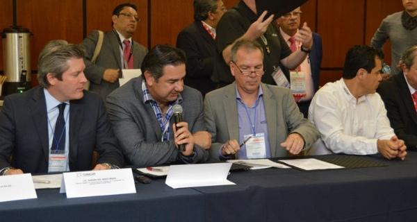 Daimler firma acuerdo con Canacar