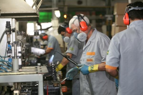 Empleo en el sector industrial desciende en Brasil