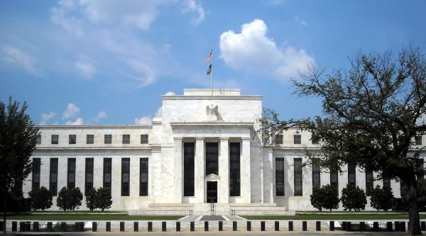 Fed-conserva-los-tipos-de-interés-y-advierte-de-ralentización-económica