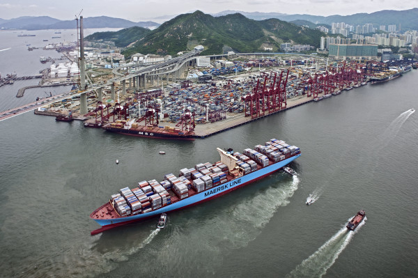puerto-Hong-Kong-desciende-transporte-contenedores