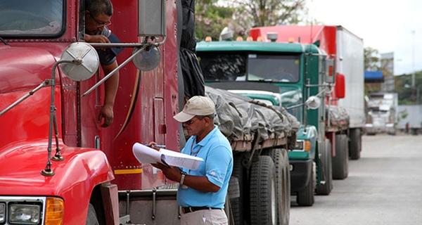 Estados Unidos forma a inspectores de vehiculos mexicanos