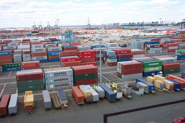 Ecuador reduce sus importaciones