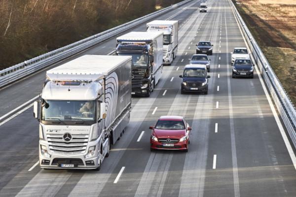 Camiones-Mercedes-en-platooning