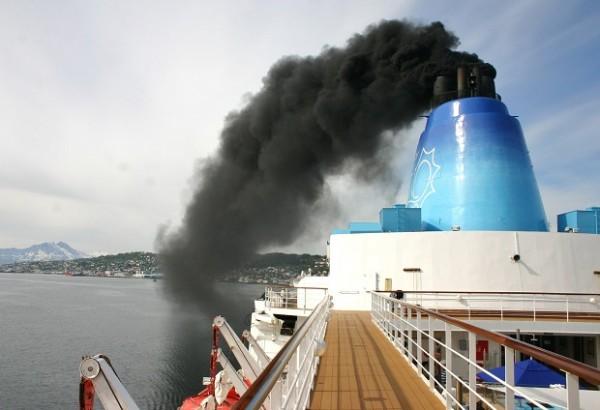 Contaminacion-por-las-chimeneas-de-los-barcos