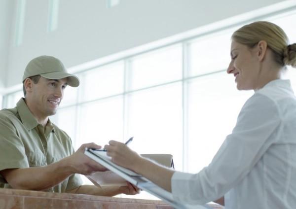 Mensajero-entregando-paquete