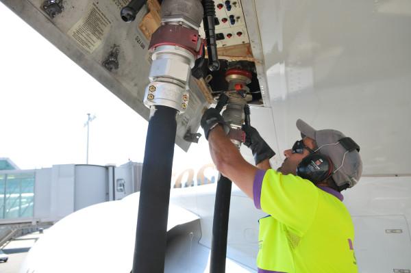 avion repostando fuel