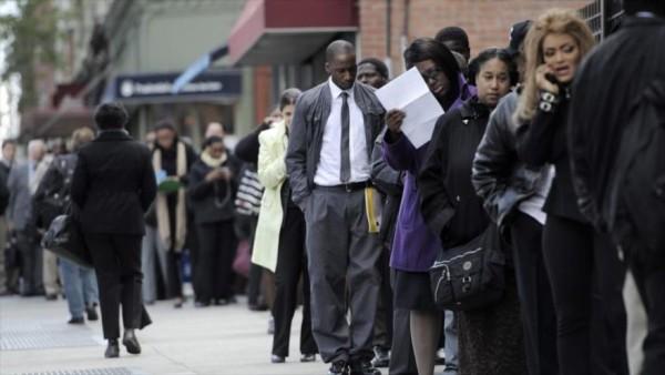 cola de personas que buscan empleo