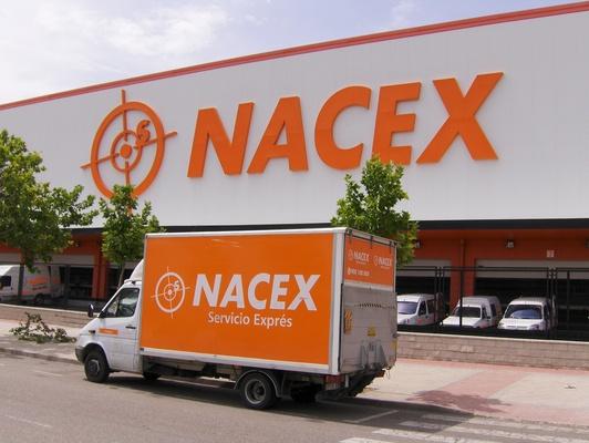 furgoneta Nacex frente a sede