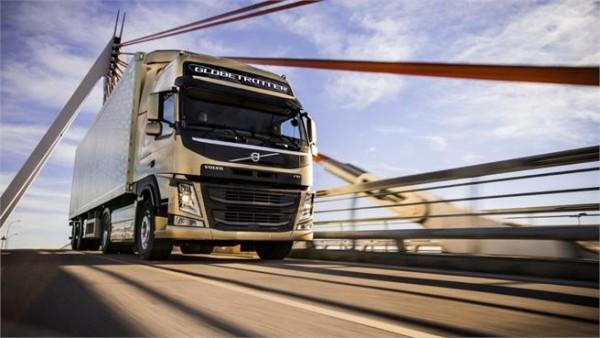 Camión Volvo en carretera