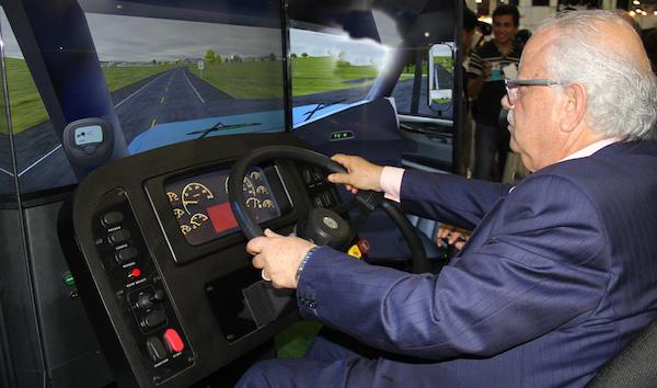 freightliner-entrega-simulador-de-conduccion-a-canacar