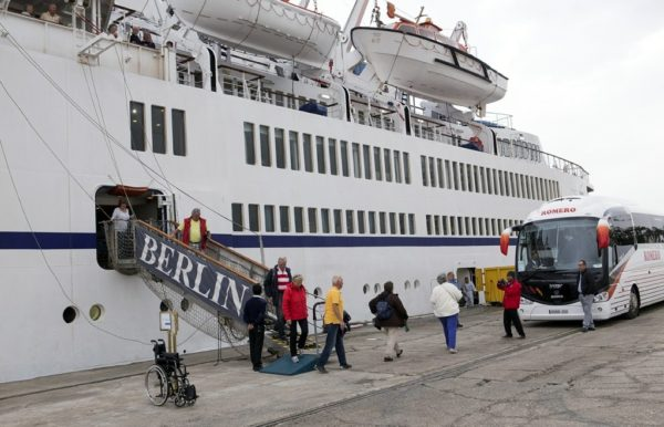 Pasajeros-descendiendo-del-crucero-Berlín