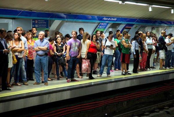Pasajeros-esperando-el-metro-en-Madrid
