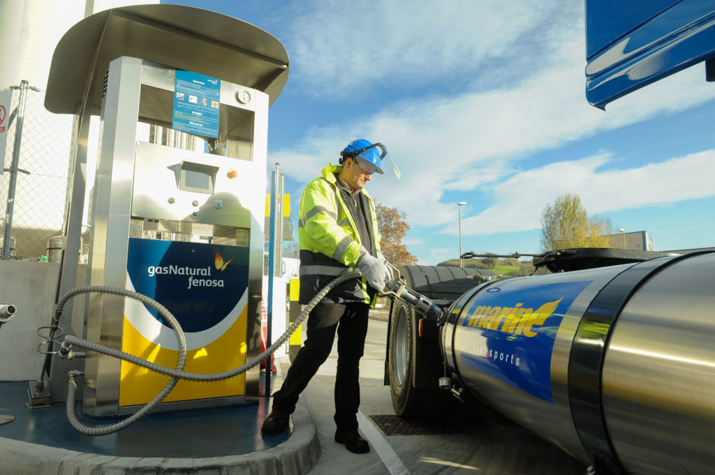 camión con Gas Natural Licuado