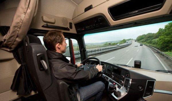 conductor de camión en carretera