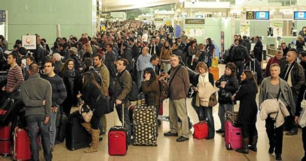 Colas de pasajeros en aeropuerto
