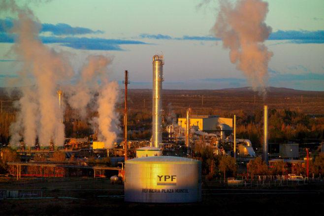 Petrolera argentina YPF anuncia inversiones de 21.500 millones de dólares entre 2018-2022