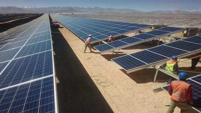 Chile destaca que la planta solar de Acciona en Atacama evitará la emisión de miles de toneladas de CO2
