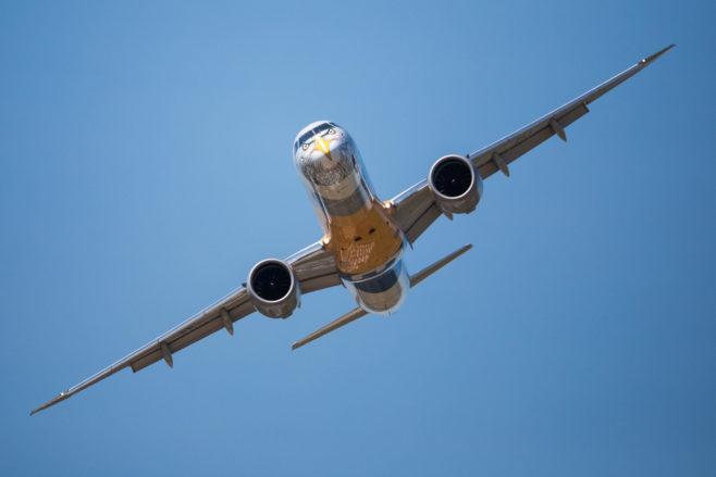 Empresa brasileña fabricará diez aviones E175 para American Airlines