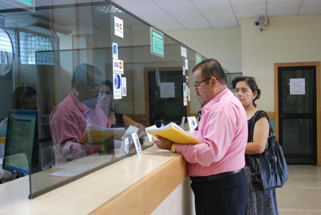 El 44% de los ecuatorianos accedió a servicios financieros en 2016, según el Banco Central