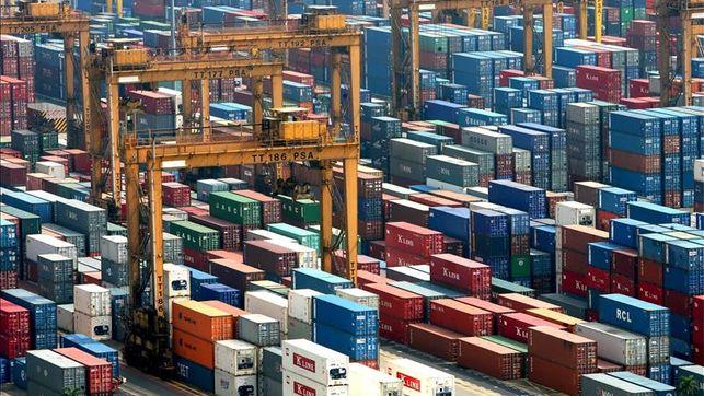 El déficit comercial de Estados Unidos baja en marzo por el récord de exportaciones
