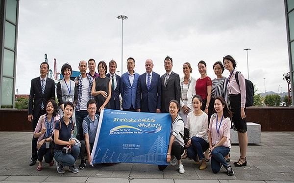 Puerto de Bilbao recibe prensa china tras trabajar con Cosco en instalaciones
