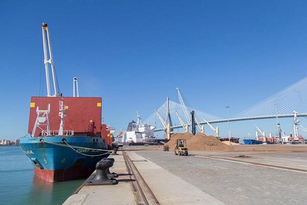 Puerto de Cádiz mejora los tráficos de graneles sólidos hasta agosto
