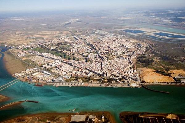 Puerto de Huelva se compromete a impulsar la colaboración con empresas onubenses