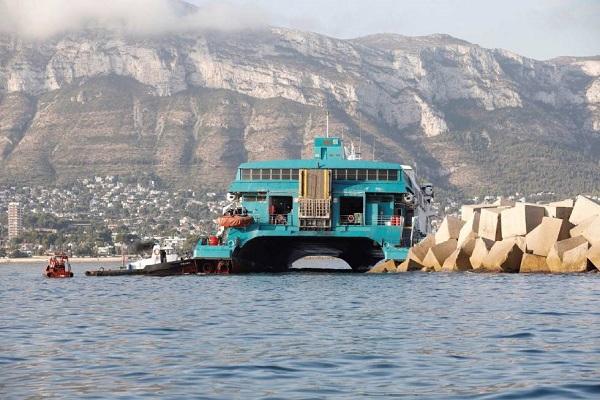 Baleària retira combustible del ferry encallado en Dénia