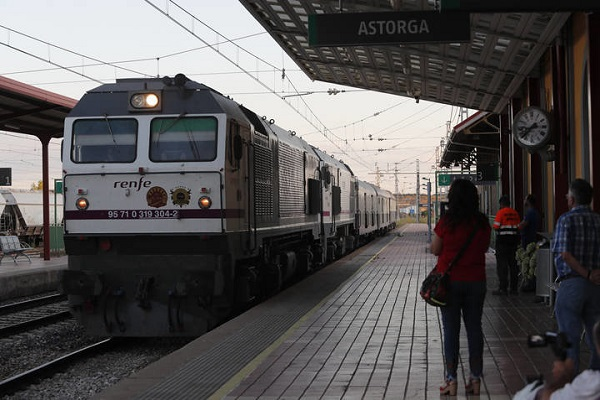 Llegada del tren turístico Al-Ándalus a la estación de Astorga /