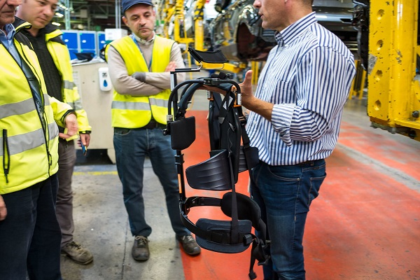 DHL Supply Chain instala exoesqueletos en una planta de Mercedes-Benz