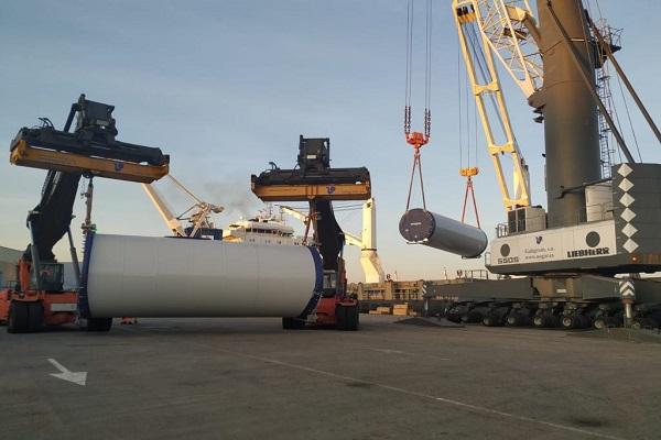 Puerto de Marín realiza el mayor embarque de eólicos de su historia