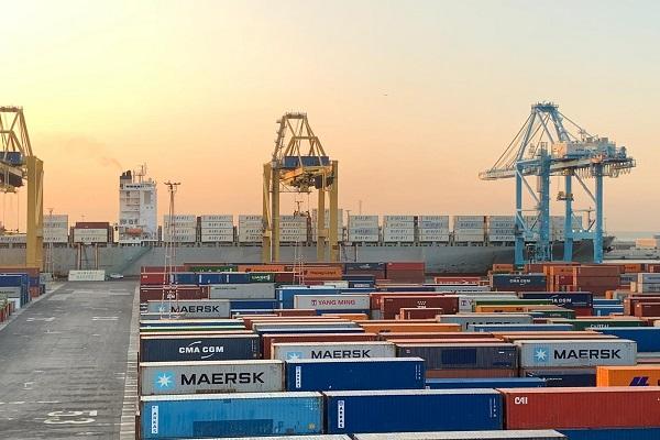 Puerto de Barcelona aporta almacenamiento de contenedores a operadores portuarios