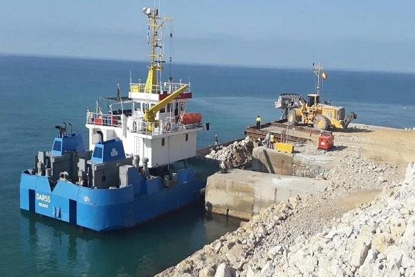 El puerto de Tarragona transporta el material para sus obras por mar