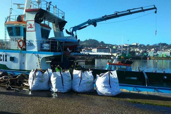 El puerto de Vigo elimina los residuos de sus fondos marinos