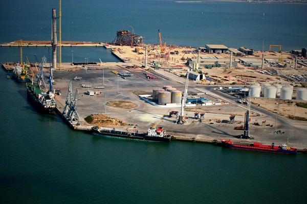 Puerto de Cádiz gestiona la descarga de dos calderas productoras de vapor