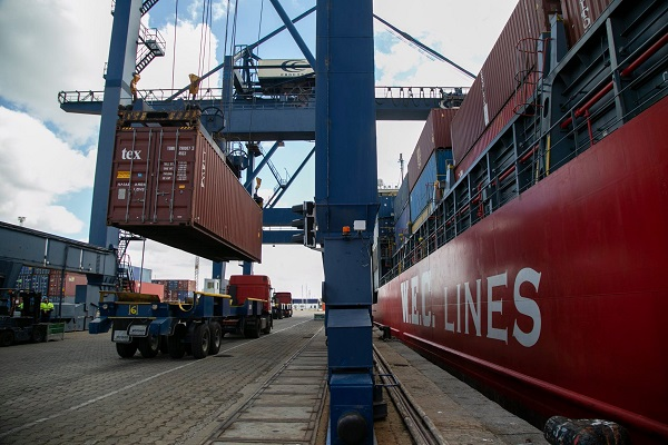 El puerto de Cádiz proporcionará electricidad a camiones del tráfico rodado